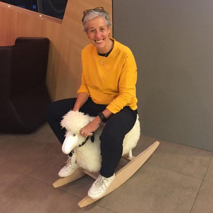 Barbara auf dem Spielzeug-Schaukel-Schaf
